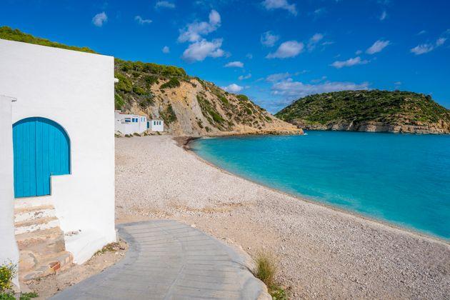 Puerta azul de la playa de Portitxol, en Jávea (Alicante), conocida como La