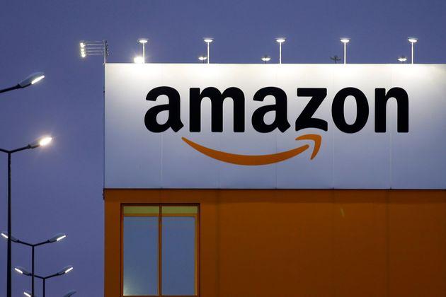 To σήμα της Amazon στο κέντρο logistics της εταιρίας στην πόλη Lauwin-Planque, της βόρειας Γαλλιας, Φεβρουάριος 20, 2017. REUTERS/Pascal Rossignol
