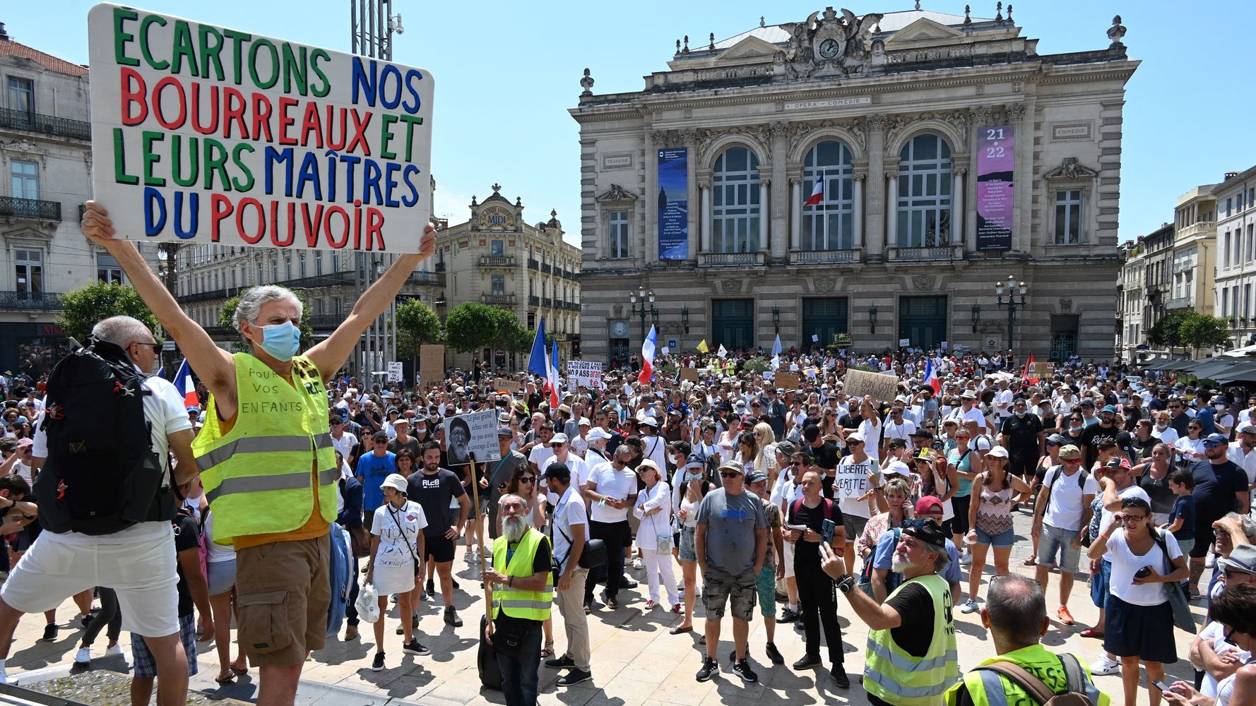 À Montpellier, des manifestants s'en prennent à la tente de dépistage d'une pharmacie