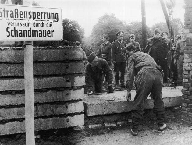 1961: Στρατιώτες χτίζουν...