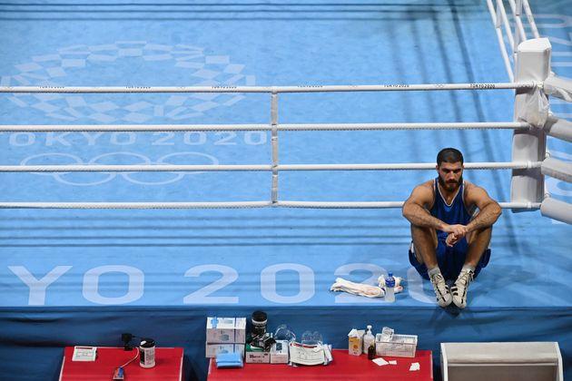 En guise de protestation après sa disqualification aux Jeux olympiques de Tokyo, le boxeur français Mourad...