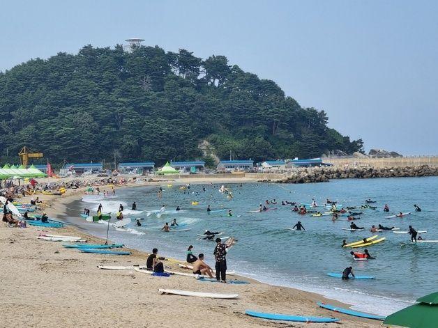 7말 8초' 피서철 성수기가 시작된 31일 오후 '서핑 성지' 양양 인구해변에서 피서객들이 서핑을 즐기고