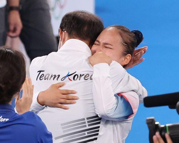 대한민국 체조 여서정이 1일 오후 일본 도쿄 아리아케 체조경기장에서 열린 '2020 도쿄올림픽' 여자 도마 결승에서 동메달을 확정짓자 이정식 총감독과 기쁨을 나누고