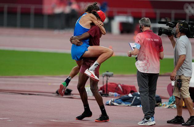 Ce dimanche 1er août, Gianmarco Tamberi est tombé dans les bras de Mutaz Barshim aux Jeux olympiques...