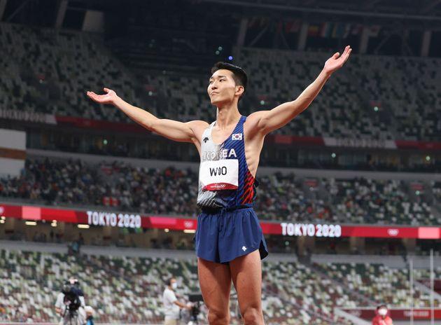 육상 국가대표 우상혁이 1일 오후 도쿄 올림픽스타디움에서 열린 '2020 도쿄올림픽' 남자 높이뛰기 결승전 경기에서 2.35m에 성공하며 한국 신기록을 세우고