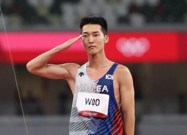 우상혁은 거수경례를 한 뒤 밝은 표정을 지으며 자신의 2번째 올림픽을