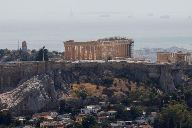 Στον Ιερό Βράχο της Ακρόπολης η θερμοκρασία εδάφους ξεπερνούσε τοπικά τους 55 βαθμούς Κελσίου - REUTERS/Costas Baltas