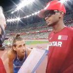 Estos dos atletas acaban empatados por el oro y lo que hace el de la derecha está maravillando al