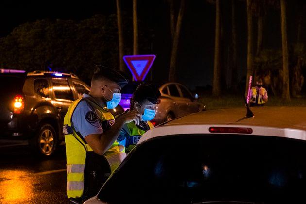 Des gendarmes contrôlent un véhicule à Ducos, en Martinique, le 30 juillet