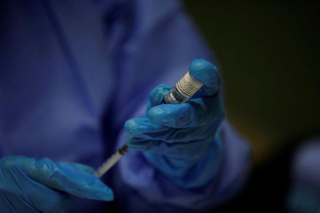 Un sanitario prepara una dosis de la vacuna de Pfizer contra la