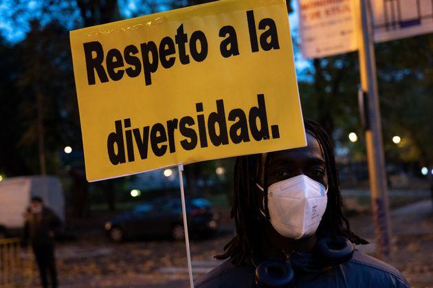 Un hombre muestra un cartel durante una protesta contra el racismo, en