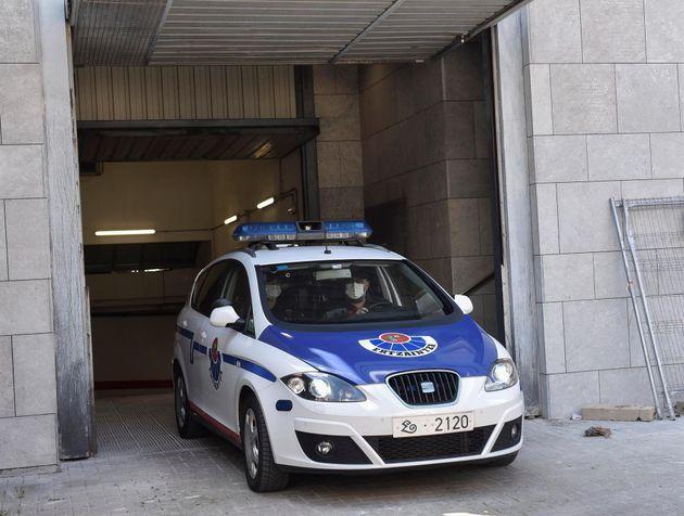 Un coche patrulla de la Ertzaintza abandona los juzgados de Durango (Bizkaia) donde comparecieron tres...
