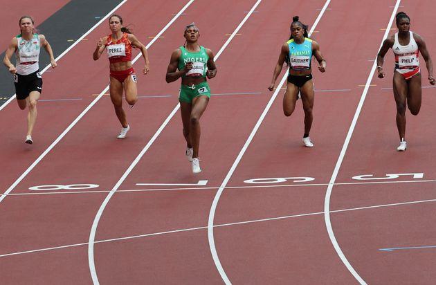 7月30日、女子100メートル予選に出場したツィマノウスカヤ選手(一番左)