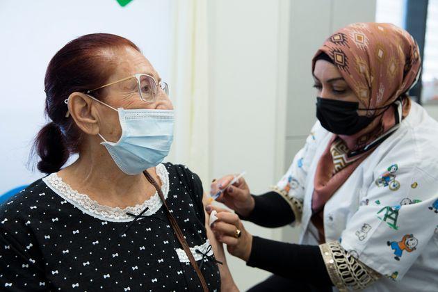 Una señora recibe su tercera dosis de Pfizer en Hadera,