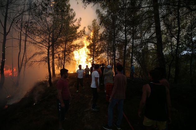 Τουρκία: Φονικές πυρκαγιές κατακαίνε θέρετρα, τουρίστες και ντόπιοι τρέπονται σε