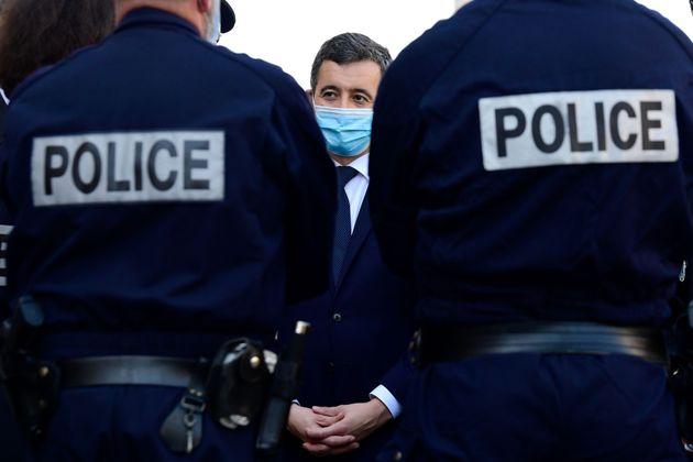 Le ministre de l'Intérieur Gérald Darmanin s'entretient avec des policiers lors d'une visite à Marseille,...