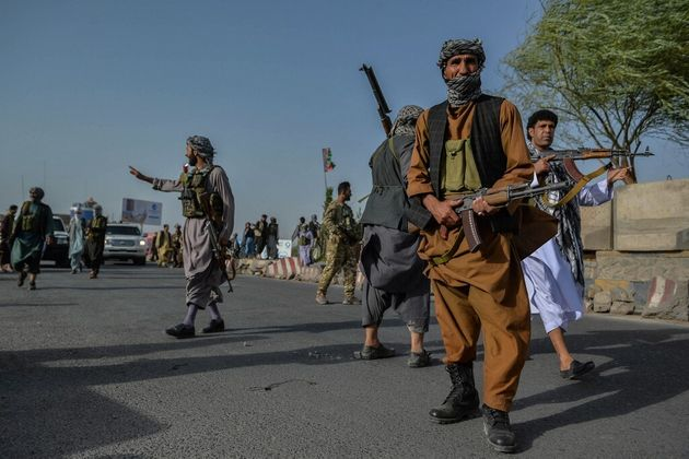 Des soldats et des miliciens Afghans luttent contre les talibans dans la province de Herat, le 30 juillet