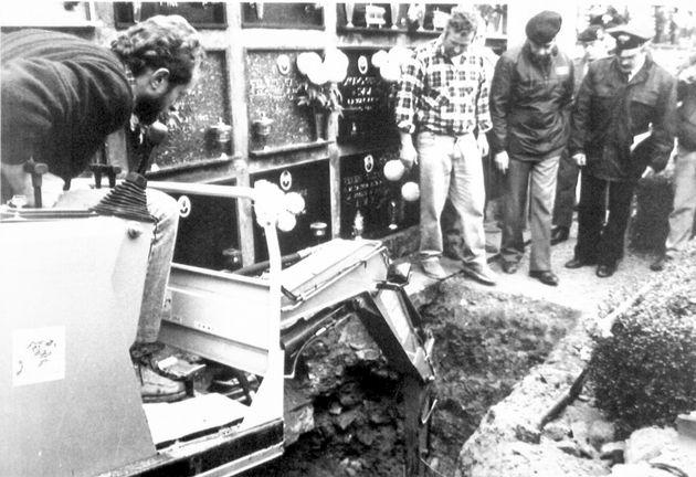 19901121-VERONA. ''VICENDA GLADIO'' : CARABINIERI ED ARTIFICERI ISPEZIONANO IL PICCOLO CAMPOSANTO DI...