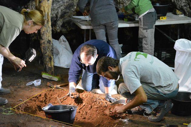 El equipo de investigadores en la cueva de Ardales, en