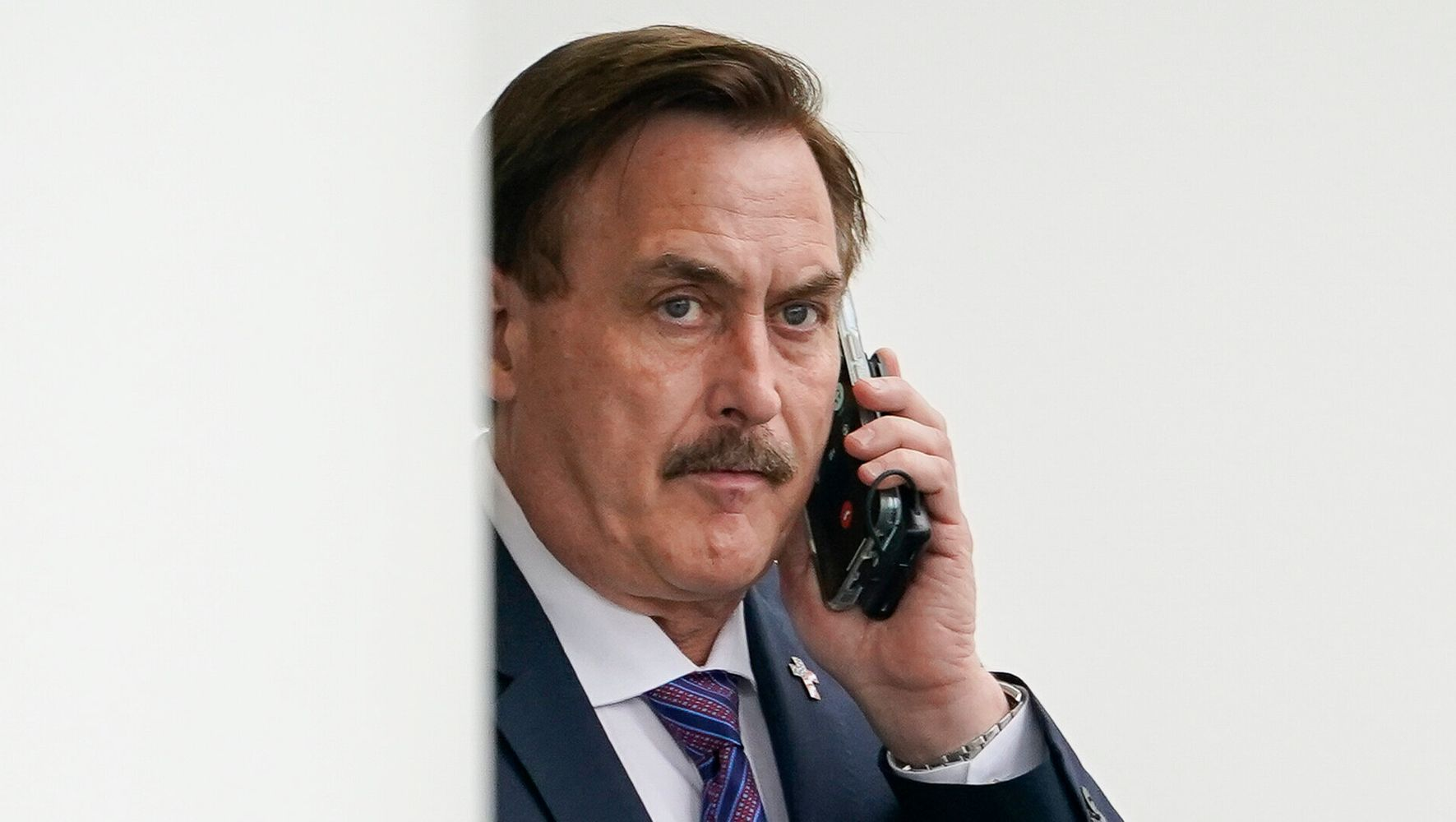 Mike Lindell 'Fan' Hijacks His TV Interview With Backhanded Compliments