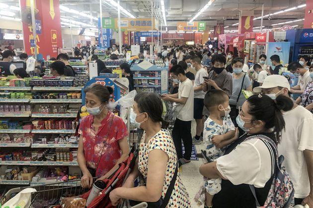 Ciudadanos de Wuhan, haciendo compras masivas ante en temor a nuevos confinamientos por el