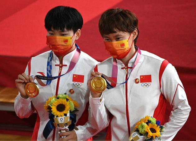Les deux cyclistes Bao Shanju (gauche) et Zhong Tianshi (droite) ont remporté le titre olympique...