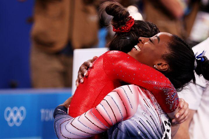 Simone Biles embraces teammate Sunisa Lee during the women's balance beam final.