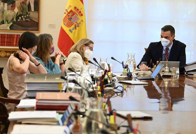 El presidente del Gobierno, Pedro Sánchez (dcha), este martes en la reunión del Consejo de