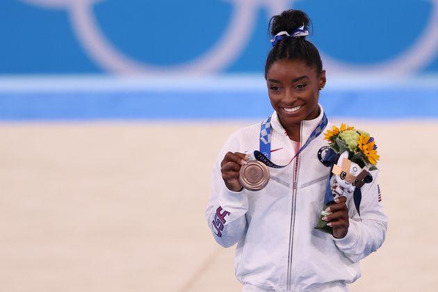 Simone Biles saluta i Giochi con un bronzo:
