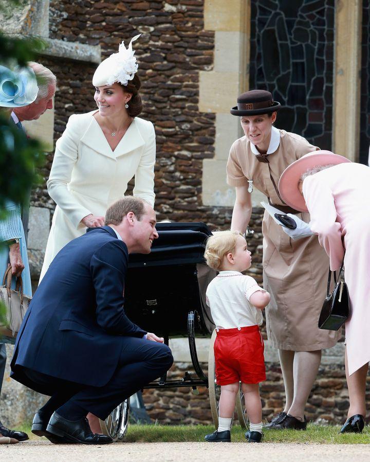 María Teresa Turrión Borrallo junto a los duques de Cambridge, la reina Isabel II y la princesa Charlotte.