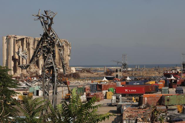 Une vue générale du port de Beyrouth et de la sculpture commémorative d'une figure...