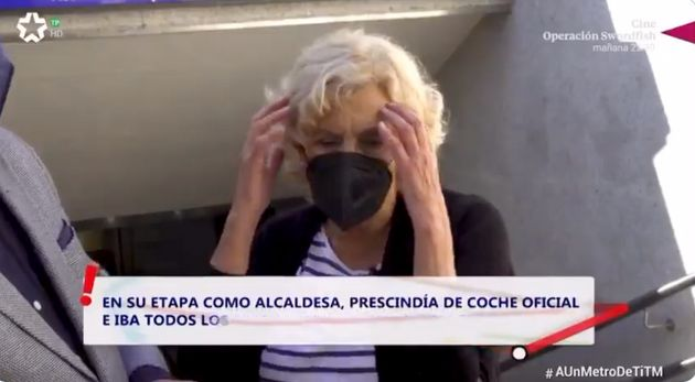Manuela Carmena se lleva las manos a la