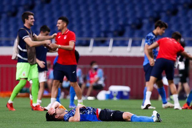 試合終了直後、ピッチに倒れこむ吉田麻也選手