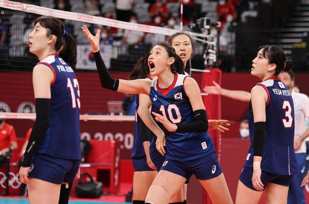배구 김연경이 4일 오전 일본 도쿄 아리아케 아레나에서 열린 '2020 도쿄올림픽' 여자 배구 8강 대한민국과 터키의 경기에서 심판진에 항의하고