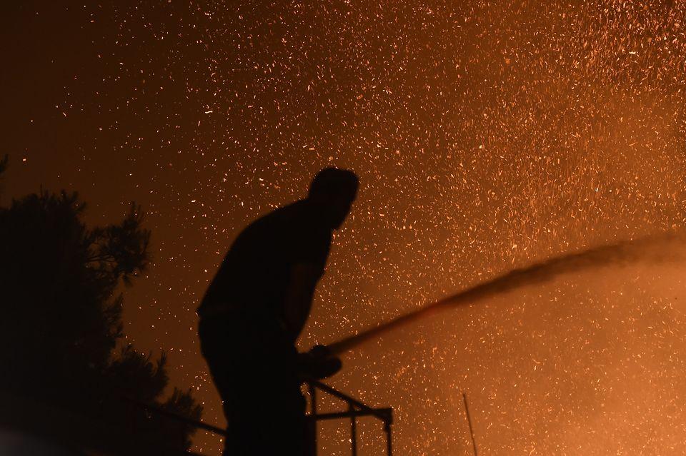 Φωτιά στη Βαρυμπόμπη: Σκληρή μάχη για να τεθεί υπό έλεγχο- Αποκαρδιωτικές εικόνες