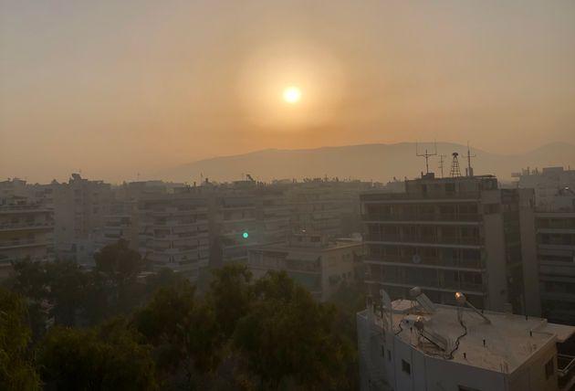 Πυκνό σύννεφο καπνού πάνω από τον Υμηττό, σήμερα το