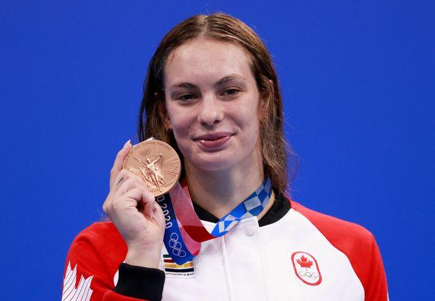 La Canadienne Penny Oleksiak avec sa médaille de bronze lors de la finale du 200m nage libre femmes...
