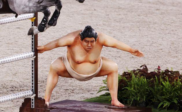 Figura de un luchador de sumo en el circuito de hípica en Tokio 2020. REUTERS/Alkis