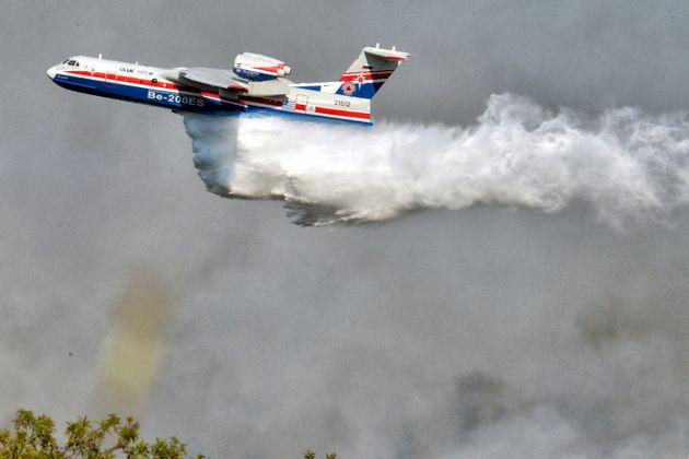 Το Beriev επιχειρεί στην περιοχή της Άνω Αλμυρής στην Κορινθία, Σάββατο 24 Ιουλίου 2021 (ΒΑΣΙΛΗΣ ΨΩΜΑΣ/