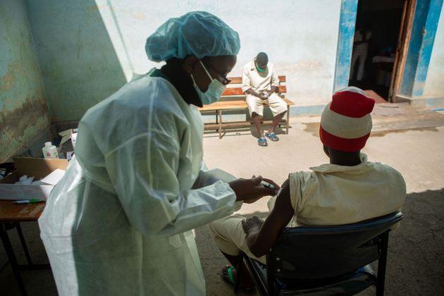 Un hombre recibe la vacuna contra el coronavirus en Harare (Zimbawe), este 4 de
