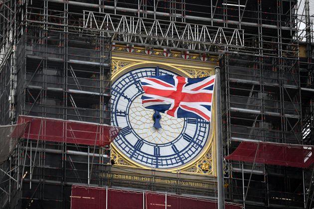 Le drapeau britannique flottant devant Big Ben à Londres, au Royaume-Uni, le 25 mars 2021. (photo