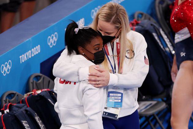 棄権した試合でバイルス選手を抱きしめる、アメリカ女子体操チームのセシル・ランディコーチ(2021年7月27日)