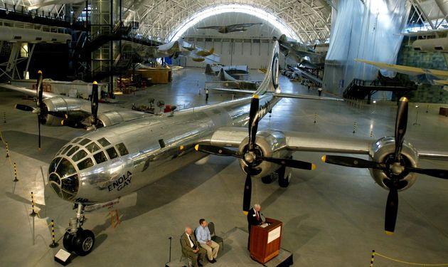 米スミソニアン航空宇宙博物館新館で、報道陣に公開された広島に原爆を投下した「エノラ・ゲイ」の復元機(2003年/アメリカ・バージニア州シャンティリー)