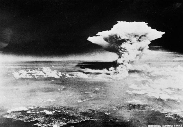 広島原爆の原子雲。投下約1時間後、米軍機が広島南方の倉橋島上空付近から撮影したと推定される(広島県)