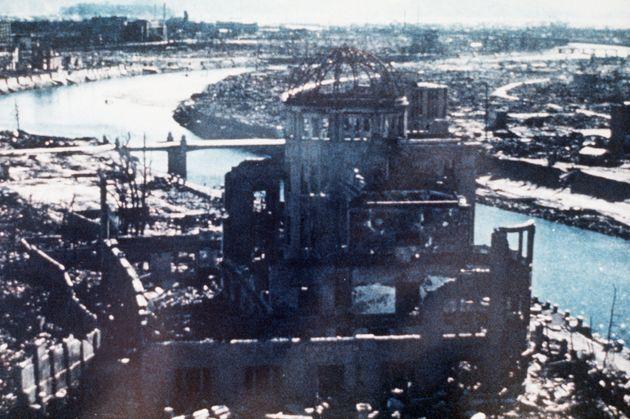 相生橋東詰の商工会議所屋上から見た被爆した産業奨励館(原爆ドーム)(広島)