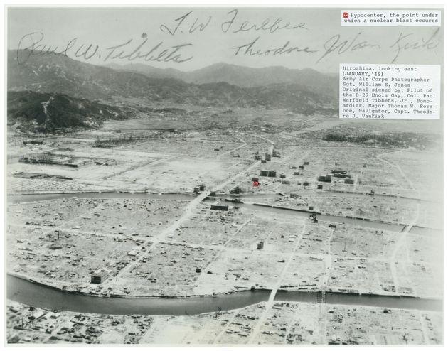 航空機から撮影された被爆後の広島市街地。原爆投下に使われた爆撃機「エノラ・ゲイ」乗組員3人のサイン(上)や爆心地(中央右の赤い印)が書き込まれている=1946年1月[米国立空軍博物館調査課提供]