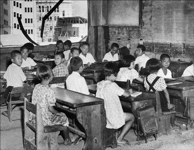 (資料写真=1948年撮影)原爆が投下されて3年後の広島市で、授業を受ける小学生たち(日本・広島)
