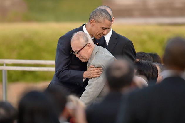オバマ大統領(当時)と抱擁する森重昭さん。自身も被爆者で、原爆で亡くなった元米兵捕虜の研究や追悼を続けてきた。