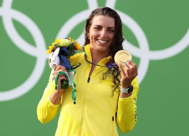 Jessica Fox, médaillée d'or de l'équipe d'Australie, célèbre sa victoire...