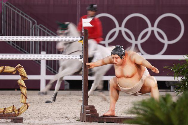 「相撲取り」が馬術の障害物に。怖くて馬が怯えると選手から苦情続出。「本物の人間のよう…」【東京オリンピック】
